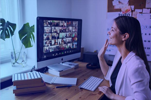 Mulher na frente do computador