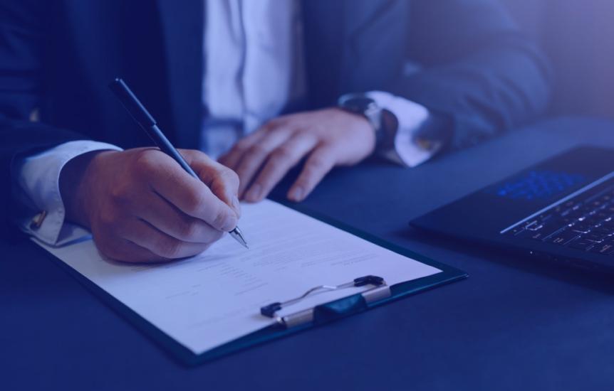 Advogado assinando contrato empresarial