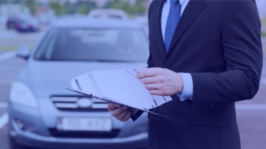 Advogado analisando documento de busca e apreensão