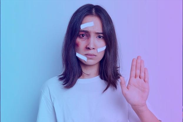 Mulher com camisa branca e ferimentos no rosto