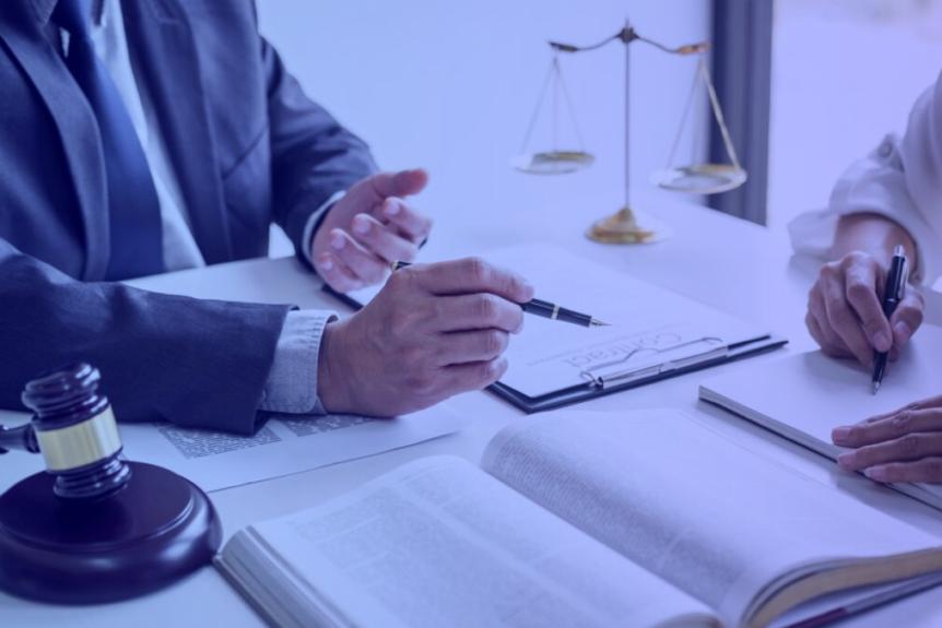 advogado explicando sobre remédios constitucionais