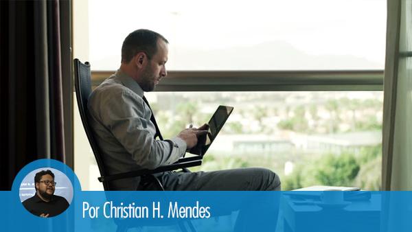 Advogado sentado, acessando o LinkedIn em seu tablet